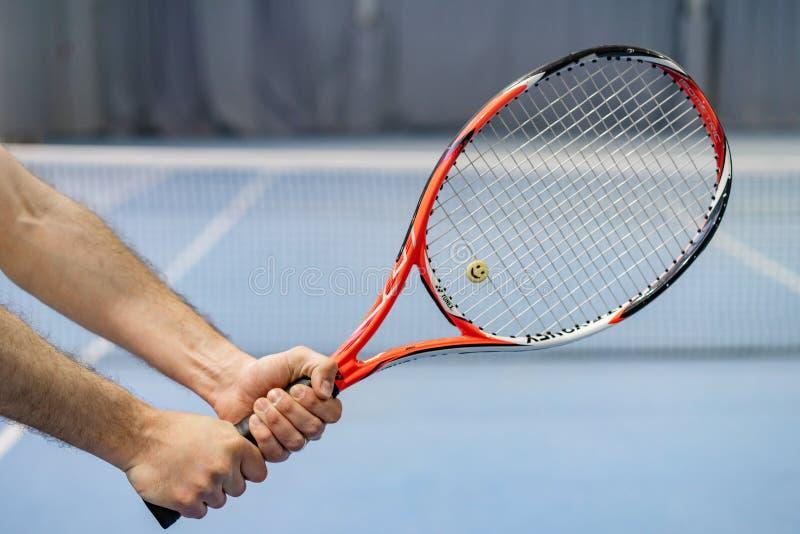 Riga Lettonia - 9 maggio 2019: La mano dell'uomo che tiene la racchetta di tennis sul campo da tennis immagini stock libere da diritti