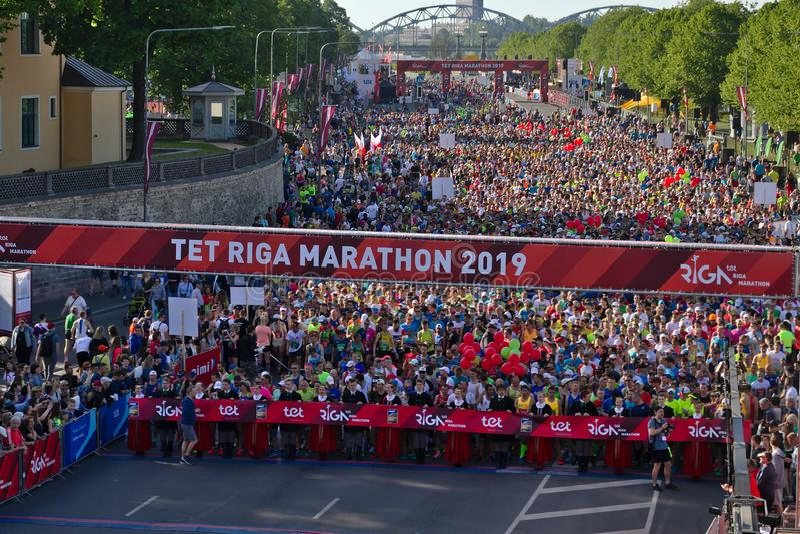 Riga, Lettonia - 19 maggio 2019: Partecipanti della maratona di Riga TET che fanno la coda alla linea di inizio immagini stock libere da diritti