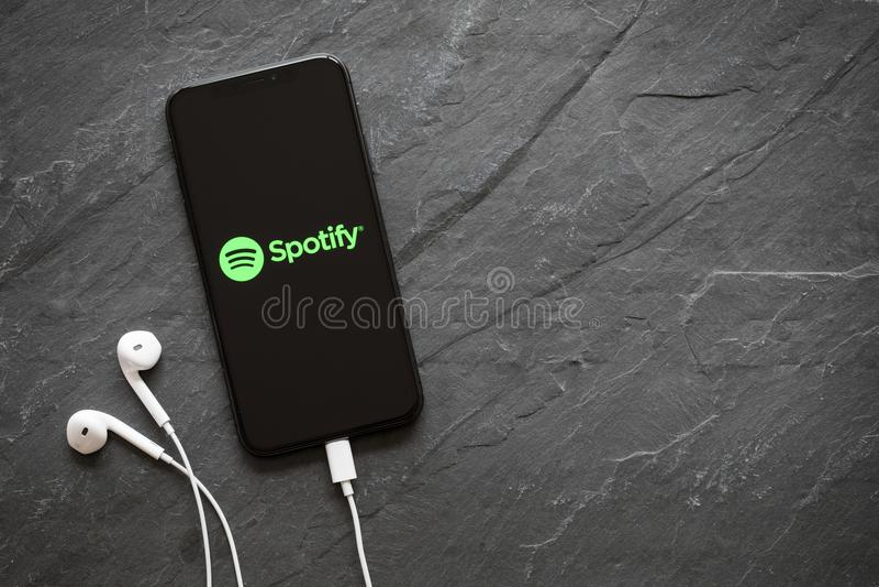 Riga, Lettonia - 25 marzo 2018: Ultimo iPhone X della generazione con il logo di Spotify sullo schermo immagini stock libere da diritti