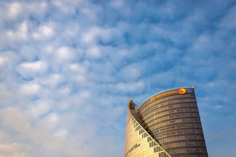 RIGA, LETTONIA - 20 ottobre 2018: Grattacielo di Swedbank isolato su cielo blu fotografia stock