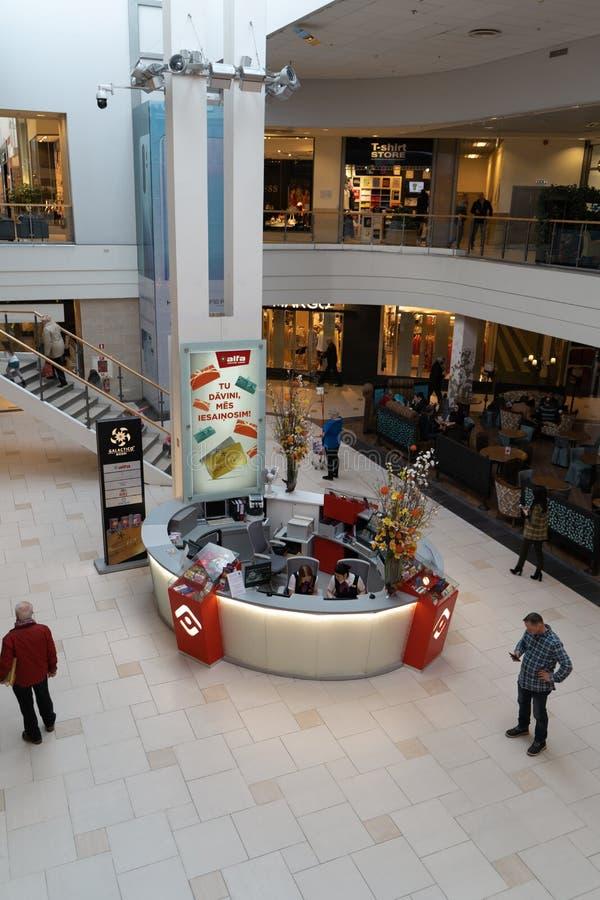 RIGA, LETTONIE - 4 AVRIL 2019 : Centre commercial d'alpha dans le secteur de Julga - hall principal d'en haut image stock