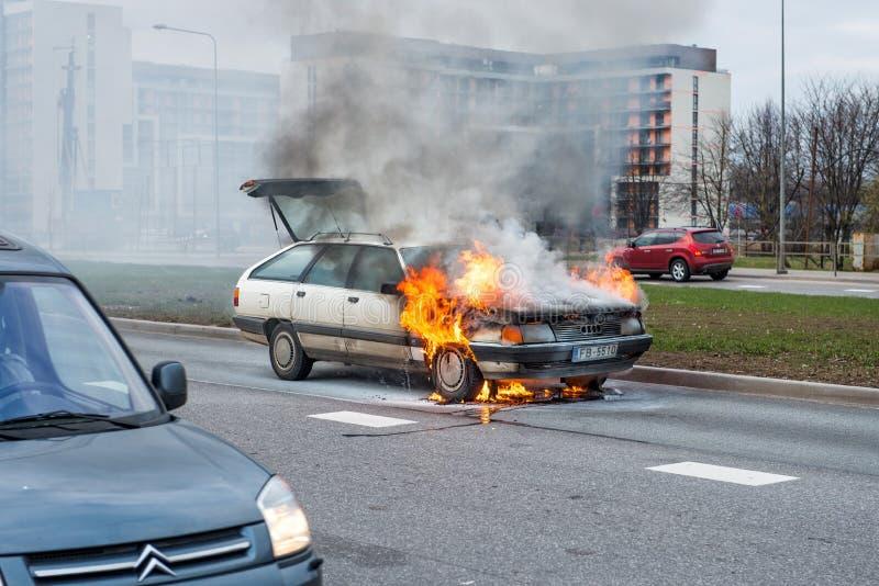 RIGA, LETTONIE - 11 AVRIL 2014 : Dans la route les supports ont juste trempé la voiture photo stock