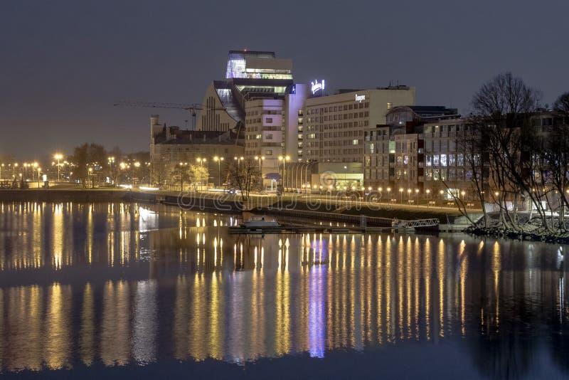 Riga, Lettonie - 29 avril 2018 : Même le paysage urbain à la banque de la rivière de dvina occidentale Vue urbaine du bâtiment de photographie stock