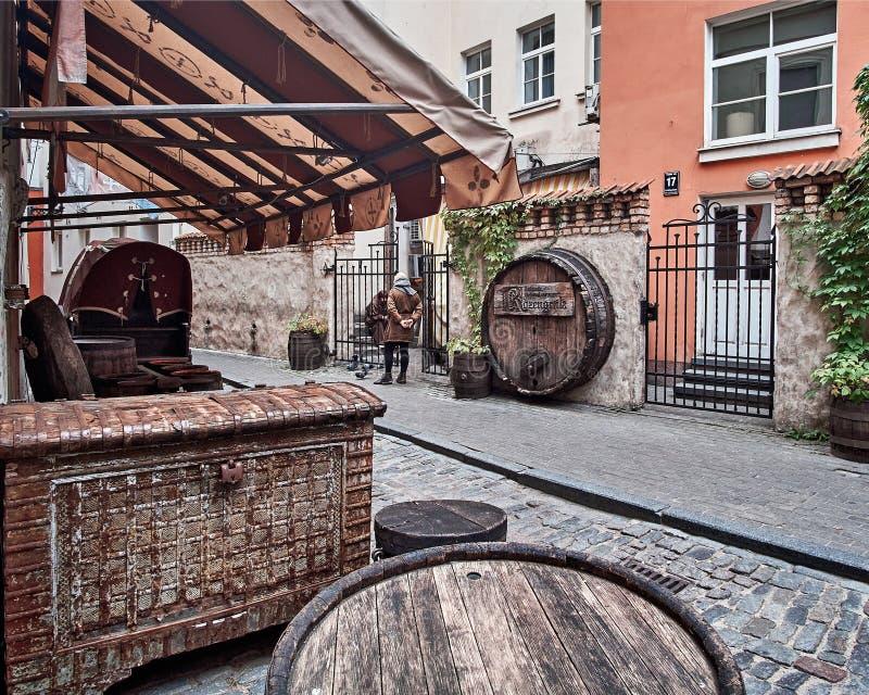 Riga, Lettonie - juillet 2017 : barils de bar de café et coffres médiévaux de vintage avec les drapeaux médiévaux et les normes images stock