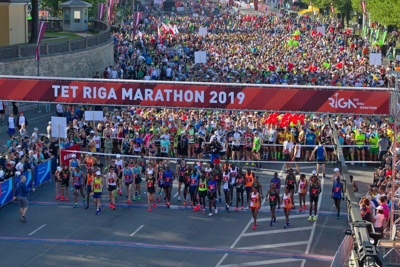 Riga, Lettonie - 19 mai 2019 : Coureurs d'?lite de marathon de Riga TET faisant la queue ? la ligne de d?but image stock