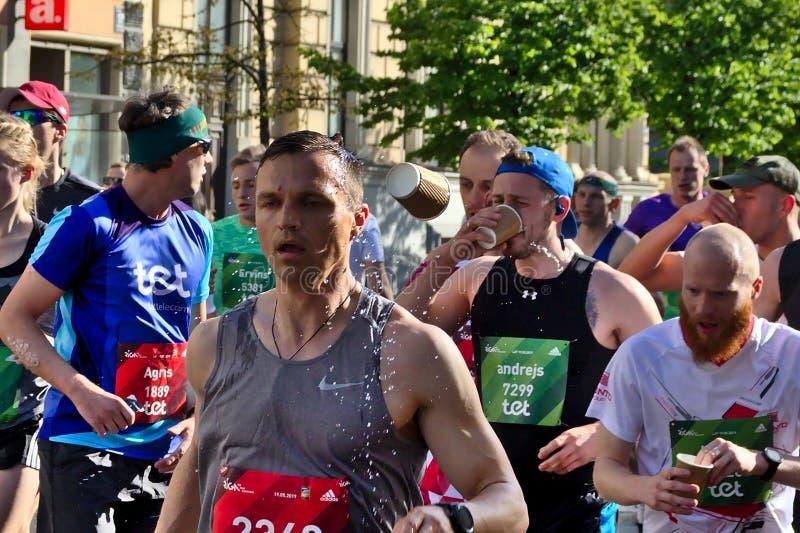 Riga, Lettonie - 19 mai 2019 : Eau potable de marathoniens dans la grande foule image stock