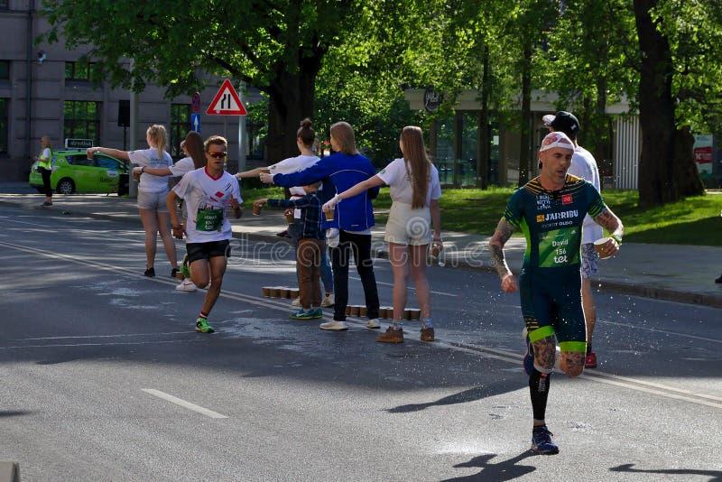 Riga, Lettonie - 19 mai 2019 : Les coureurs les plus rapides arrivant au premier point de rafra?chissement images stock