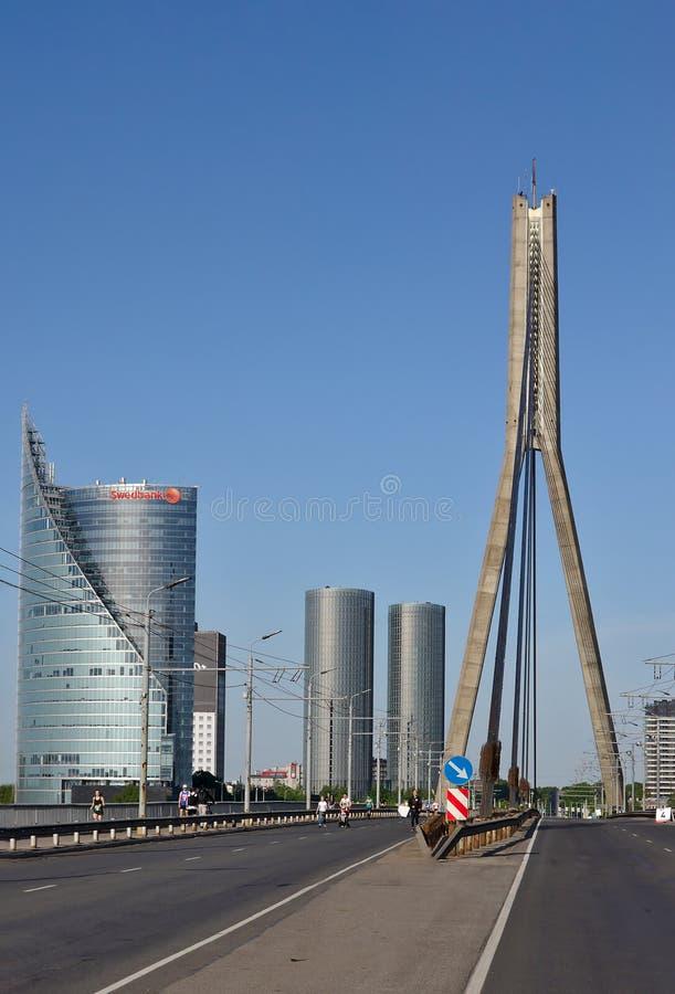 Riga, Lettonie - 19 mai 2019 : Swedbank a photographi? du milieu du pont de Vansu images libres de droits