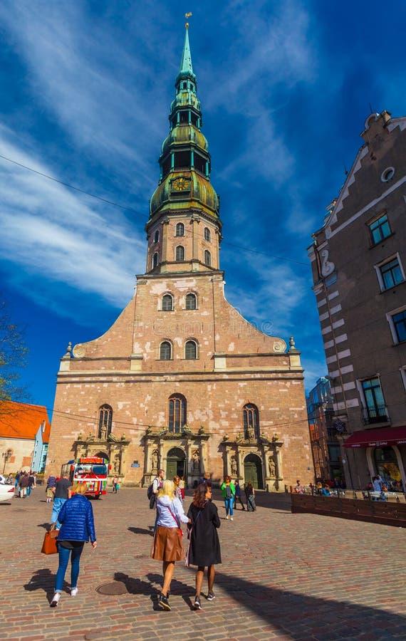 RIGA, LETTONIE - 6 MAI 2017 : Vue sur l'église de Riga St Peter s qui est située au centre de la ville de Riga images stock