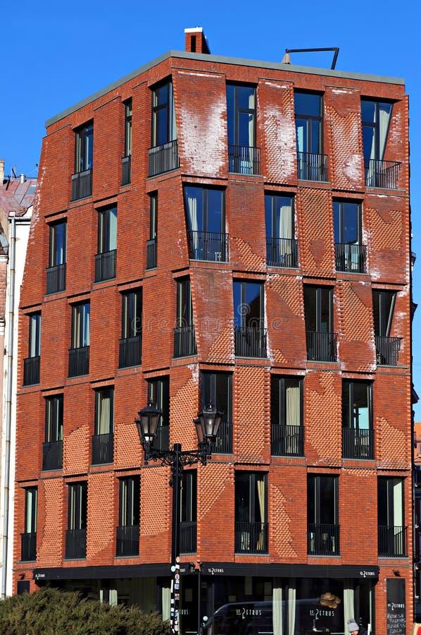 Riga, Lettonie - 28 mars 2018 : Bâtiment moderne dans la vieille ville de Riga image libre de droits