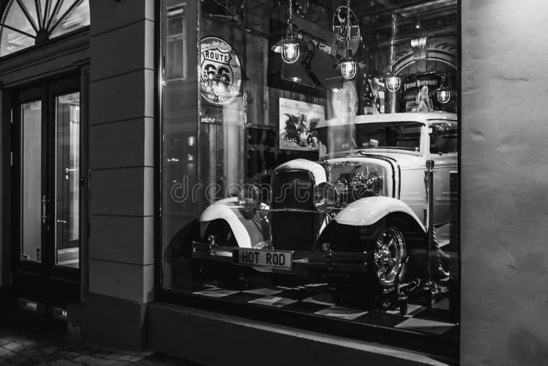 Riga, Lettonie - 20 mars 2017 : hot rod blanc dans la barre de vintage d'Américain de la déroute 66 la nuit, noir et blanc photographie stock libre de droits