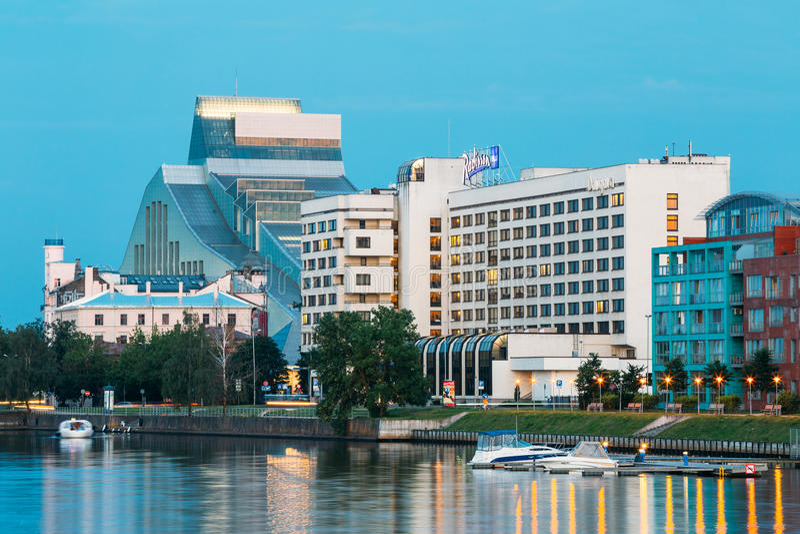 Riga Lettonie Paysage urbain de soirée à la banque de la rivière de dvina occidentale avec la serrure de bâtiment de Bibliothèque image stock