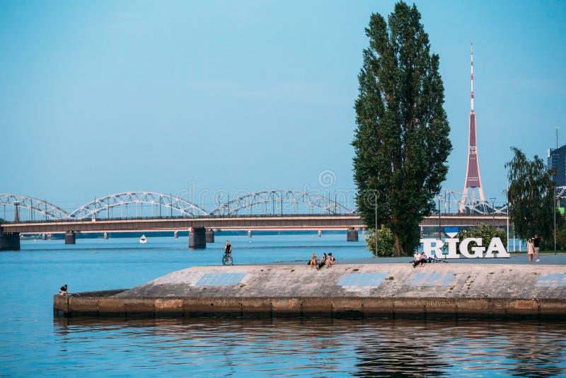 Riga Lettonie Remblai à la rivière de dvina occidentale avec le signe de nom de ville, photographie stock