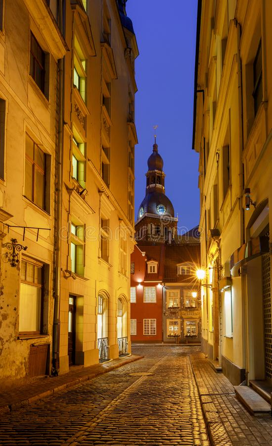 Download Riga nocy stara street obraz stock. Obraz złożonej z landmark - 106904459