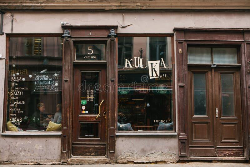 Riga, 4 Oktober, 2018: Een populaire koffie van de straatstad Vergaderingsplaats van mensen en mededeling stock foto