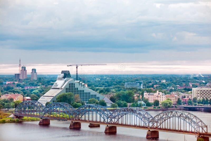 Riga, paysage urbain de l'académie des sciences letton images libres de droits