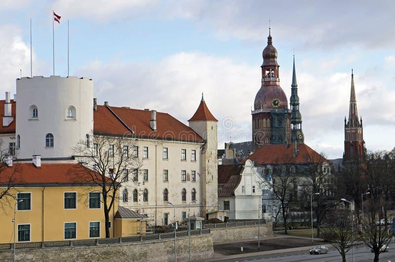 Riga, presidents- slott och den gamla staden fotografering för bildbyråer
