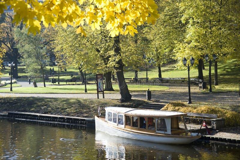 Riga. Un bateau de marche sur le canal photos libres de droits