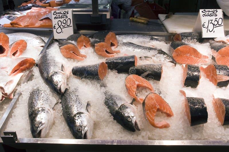 riga Vente d'un saumon dans le pavillon de poissons sur un marché images stock