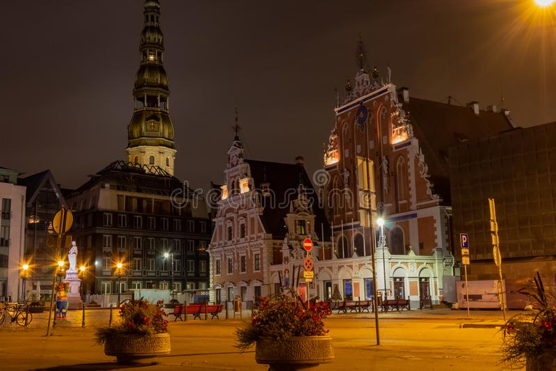 Riga vieja la capital de Letonia en la noche Casa de espinillas en la ciudad Hall Square y el chapitel de la catedral en imagenes de archivo