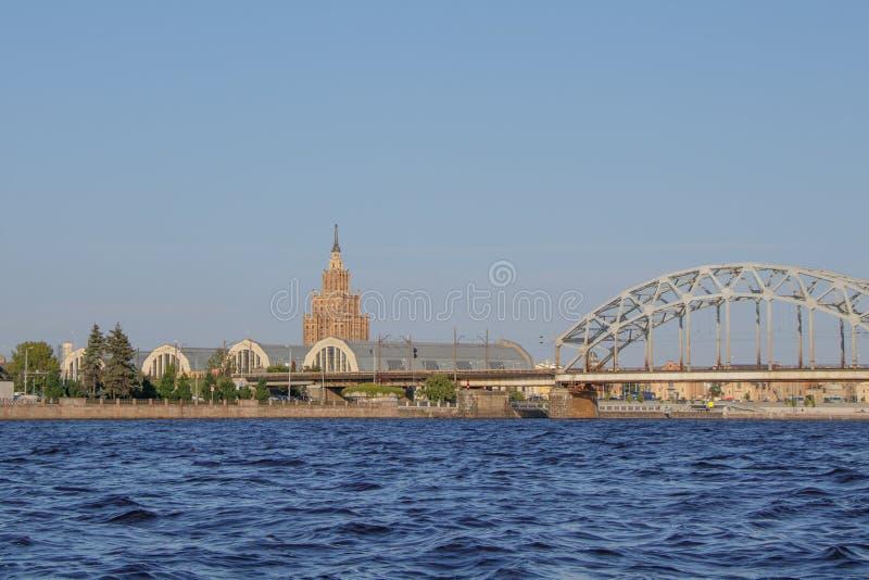 riga Vue du marché central, de l'université et du pont de chemin de fer de la rivière de dvina occidentale images libres de droits