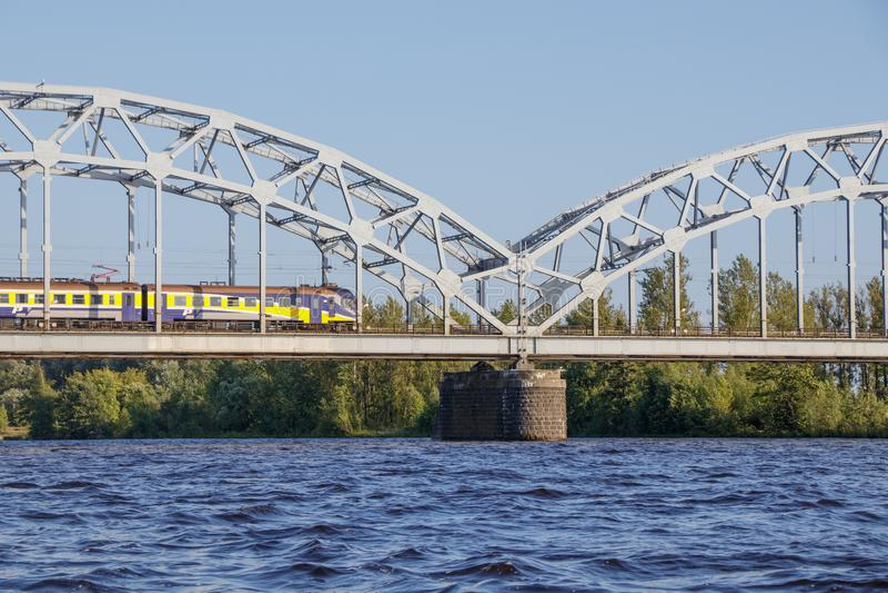 riga Vue du pont de chemin de fer de la rivière de dvina occidentale photographie stock libre de droits