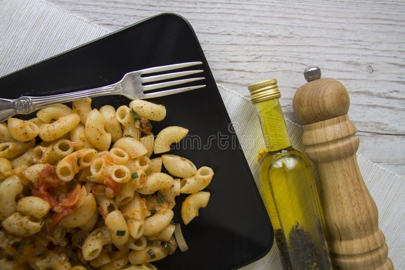 Rigati del tomate con aceite y pimienta imágenes de archivo libres de regalías