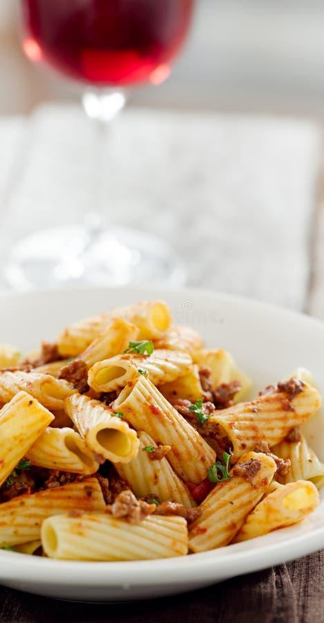 Rigatoni意大利面食用蕃茄肉调味汁和酒 免版税库存图片