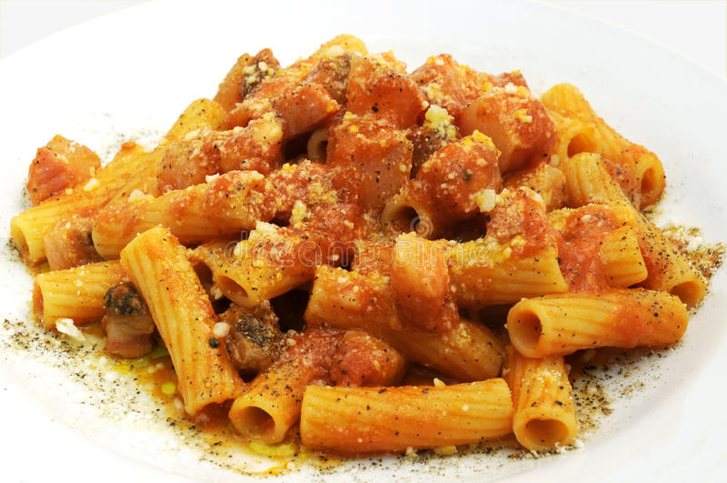 Rigatoni all'amatriciana royaltyfri fotografi