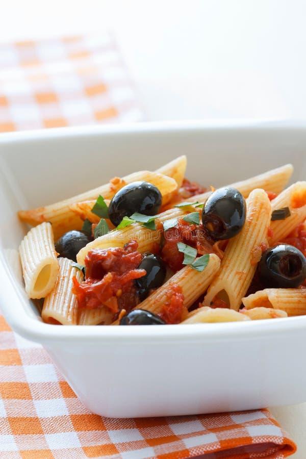Rigatoni avec des olives et Tomat photographie stock libre de droits