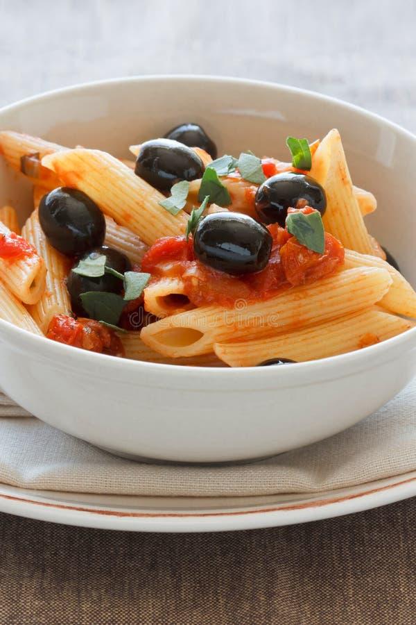 Rigatoni com azeitonas e Tomat fotografia de stock