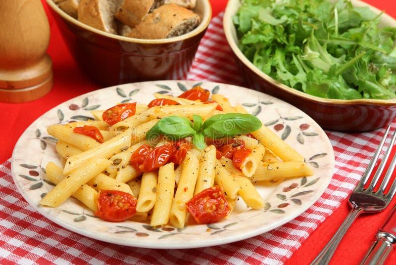 Rigatoni con los tomates de cereza asados imagenes de archivo