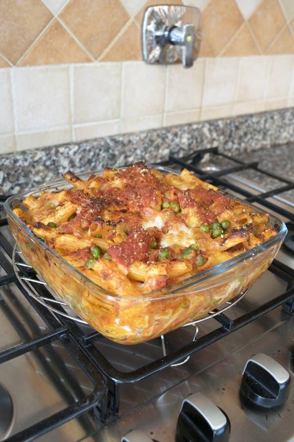 Rigatoni cozido Meaty em um hob fotografia de stock