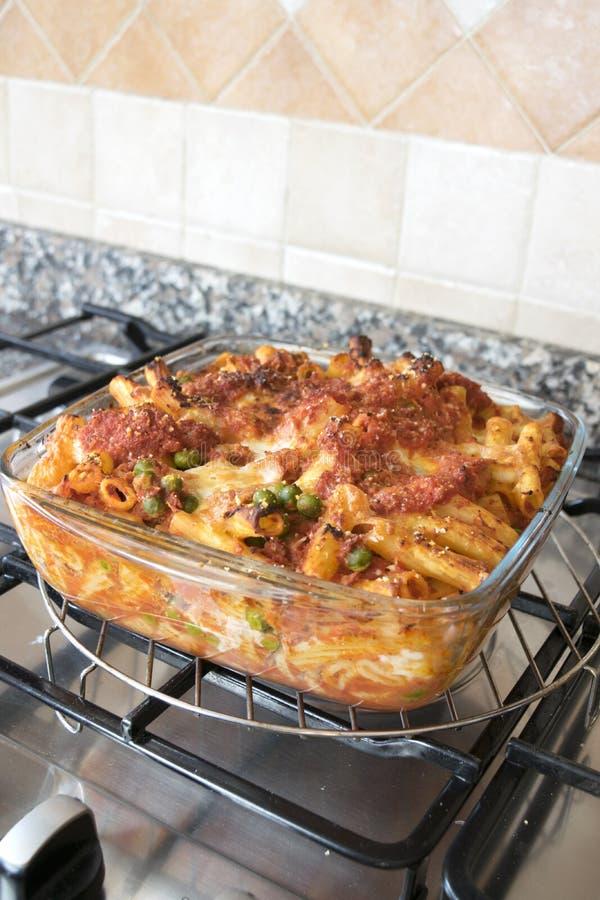 Rigatoni cozido Meaty em um hob imagem de stock