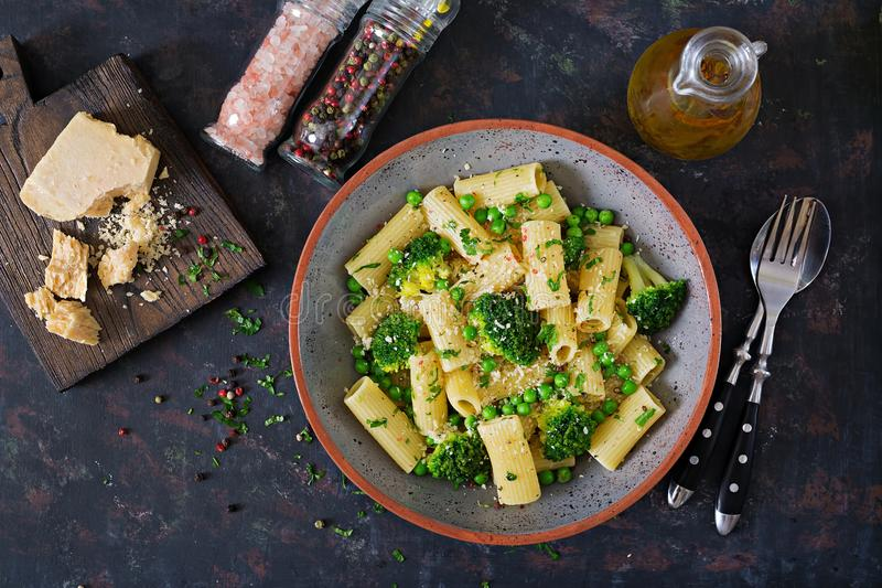 Rigatoni da massa com brócolis e as ervilhas verdes Menu do vegetariano alimento dietético Configuração lisa foto de stock