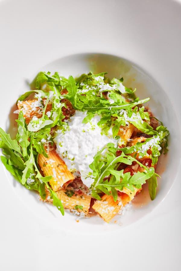 Rigatoni en salsa de tomate y queso stracciatella vista superior foto de archivo libre de regalías