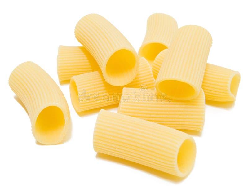 Rigatoni ha isolato su bianco. Pasta italiana. fotografie stock
