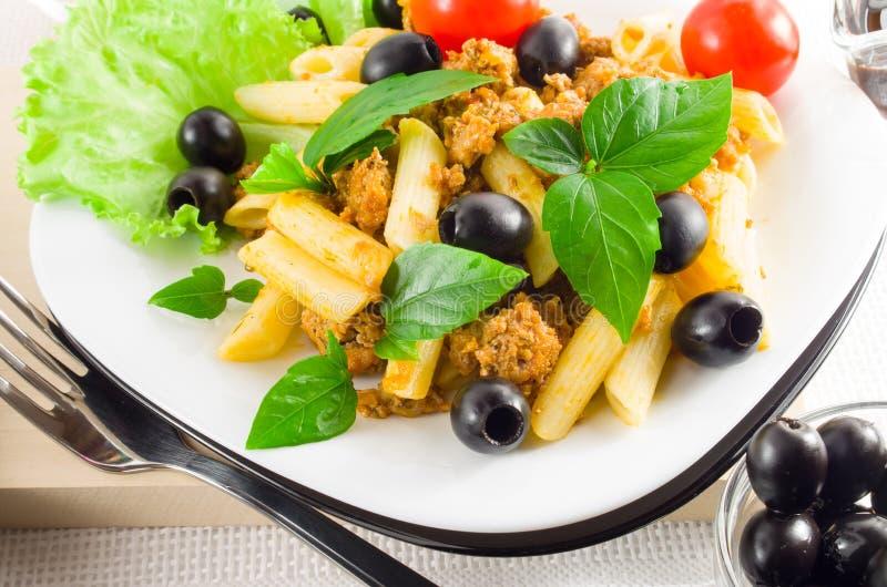 Rigatoni italiano da massa com bolonhês, carne e azeitonas fotografia de stock royalty free