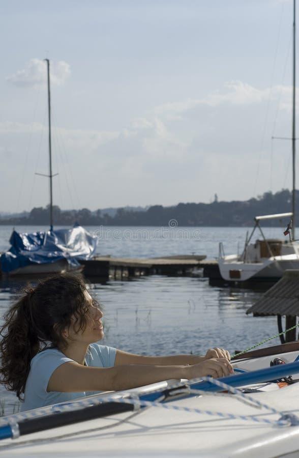 rigging seglar inställningsverticalkvinnan fotografering för bildbyråer