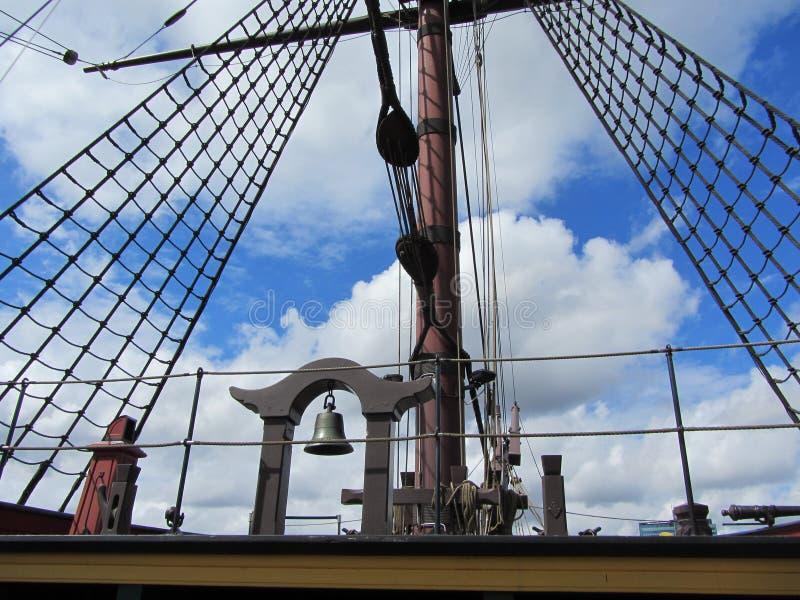 Riggning- och repdetaljerna av en högväxt segling royaltyfria bilder