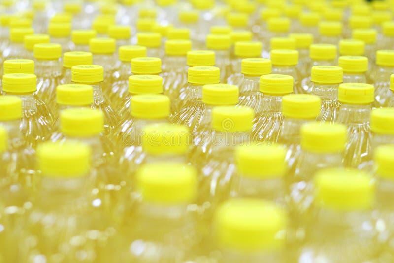 Righe con le bottiglie di olio fotografia stock