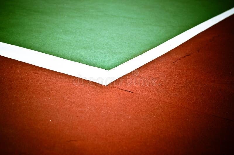 Righe d'angolo della corte di tennis nel verde ed in Brown immagini stock