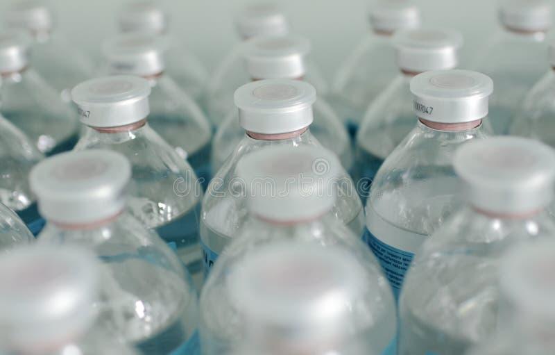 Righe delle bottiglie identiche fotografia stock