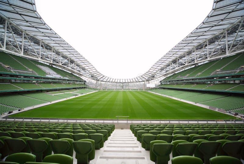 Righe delle sedi verdi in uno stadio vuoto fotografie stock libere da diritti
