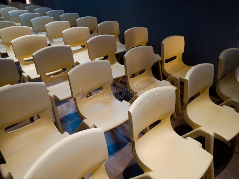 Righe di sedie, allineate, serie, sala riunioni immagini stock libere da diritti