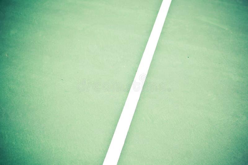 Righe laterali della corte di tennis nel verde ed in Brown immagine stock