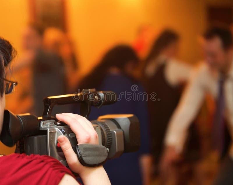 Riguardando un evento di videocamera fotografia stock