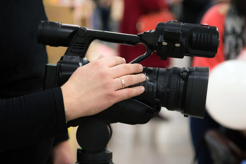 Riguardando un evento di videocamera Film di Videographer con la videocamera Operatore della macchina fotografica che lavora all' fotografia stock libera da diritti