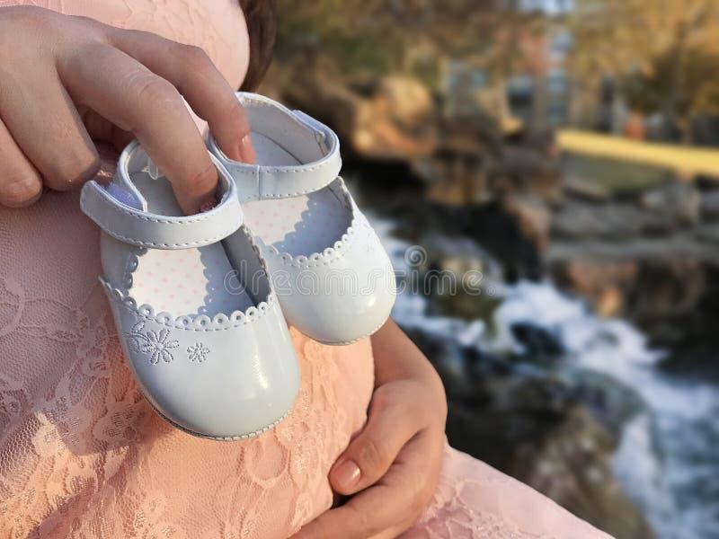 Riguardo ai bambini e alle scarpe: fotografia stock