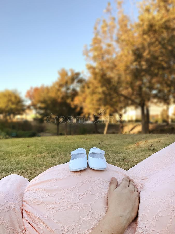Riguardo ai bambini e alle scarpe: fotografia stock libera da diritti